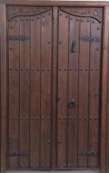 Medidas: 1,39 cm ancho x 2,21 cm alto. Con cerradura de seguridad, madera maciza de pino rojo.