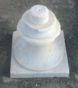 Pareja de finales de poste de mármol blanco Macael. Mide 30 cm x 30 cm de base x 37 cm de altura. Se venden juntos
