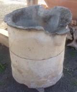 Pozo de piedra arenisca en dos piezas. Mide 78 cm x 83 cm x 83 cm de alto x 52 cm de diámetro interior.