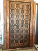 Puerta de madera antigua en 2 hojas. Mide 1,42 cm x 2,18 cm de alta.