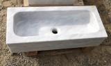 Fregadero de un seno en mármol blanco Macael. Mide 70 cm largo x 30 cm ancho x 15 cm alto.