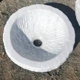 Pila de mármol abujardado. Mide 36 cm de diámetro x 15 cm de alta