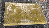Piedra de sacrificio antigua. Mide 73 cm x 44 cm x 7 cm de gruesa