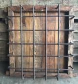 Ventana de madera con reja. Mide 93 cm x 1.03 m de alta