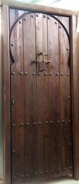 Puerta de pino con arco pintada con chorreo de arena Con cerradura de seguridad. Mide: 1 mtr x 2,18 cm.