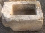Pila de piedra arenisca. Mide 67 cm x 43 cm x 39 cm de alta.
