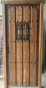 Puerta de una hoja, mide 95 cm x 2,10 cm de alta