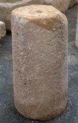 Rulo de piedra viva. Mide 45 cm de diámetro x 87 cm de alto