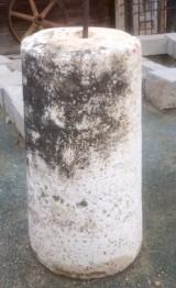 Rulo de piedra viva. Mide 56 cm de diámetro x 1.03 cm de alto.