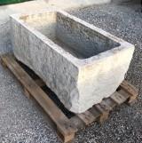 Pilón de piedra caliza antiguo. Mide 1,01 cm x 56 cm x 45 cm de alto
