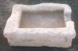 Pilón rectangular de piedra arenisca, mide 70 cm x 44 cm x 29 cm de alto.