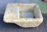 Pila de lavar rústica color ocre, mide 60 cm x 42 cm x 24 cm de alto.