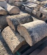 Pasamanos de piedra caliza. Mide 53 cm x 31 cm de alto x largo libre.