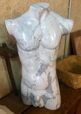 Escultura de torso masculino hecho a mano, de mármol italiano acabado pulido