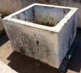 Pilón rectangular de piedra. Mide 99 cm de largo x 90 cm de ancho x 66 cm de alto x 50 cm de profundidad