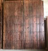 Puerta de madera antigua restaurada. Mide 2,40 cm de ancho x 2.80 cm de alto, y tiene una puerta de paso que mide 80 cm x 1.73 cm.