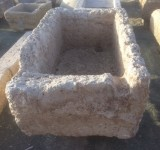 Pilón rectangular antiguo, mide 1.30 cm x 84 cm x 34 cm de alto.