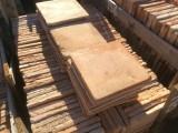Losa de barro antigua. Mide 32x32x2,5 cm. Hay 110 Uds = 11,26 m2