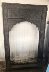 Marco de madera tallado. Mide 92 cm x 1.50 cm de alto.