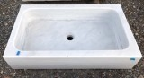 Fregadero de un seno en mármol Macael. Mide 80 cm largo x 45 cm ancho x 18 cm alto.