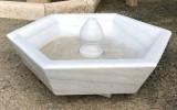 Fuente de centro hexágonal en mármol blanco Macael. Mide 80 cm de diámetro x 31 cm de alta.