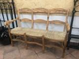 Tresillo de madera de olivo con asiento de anea. Mide 1.35 mt de largo x 58 cm de fondo x 94 cm de alto