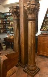 Columna tallada de madera. Mide 2.03 cm de alta x 39 cm x 39 cm de base