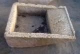 Pila de lavar de piedra antigua, mide 92 cm x 68 cm x 30 cm de alta.