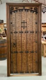 Puerta de una hoja apertura a derechas, mide 1.09 cm x 2.18 cm de alta