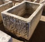 Pilón rectangular de piedra. Mide 1.27 cm de largo x 79 cm de ancho x 65 cm de alto x 54 cm de profundidad