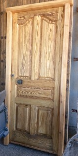 Puerta de exterior madera de pino rojo con cerradura. Mide 95 cm x 2.11 cm de alta