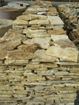 Palets de piedra travertino rústico, a 25 m2 cada uno. Se puede usar como zócalo o suelo.