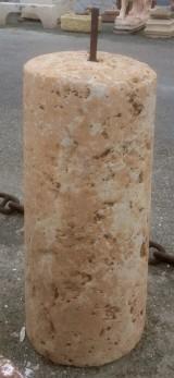 Rulo de piedra rojiza. Mide 45 cm de diámetro x 1.05 cm de alto