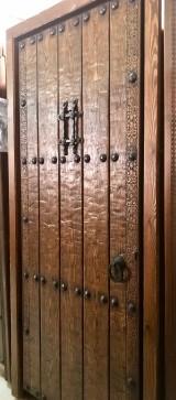 Medidas: 1.04 cm ancho x 2.16 cm alto. Con cerradura de seguridad, madera maciza de pino rojo. Apertura a izquierdas