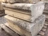 Cornisa de piedra antigua, tiene dos esquinas y 3 ángulos. Hay 46 ml en total