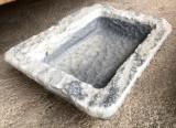 Pila de mármol rectangular, mide 50 cm x 41 cm x 14 cm de alta.