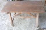 Mesa antigua de madera. Mide 1.01 cm x 50 cm x 60 cm de alta.