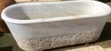 Bañera de mármol antigua de una pieza. Mide 1,72 cm x 70 cm x 55 cm de altura