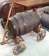 Tina de vino antigua. Mide 1.20 cm x 71 cm x 77 cm de alta. El tonel mide 80 cm x 46 cm de diámetro