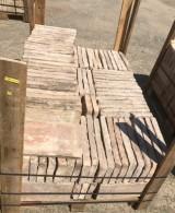 Ladrillo de suelo antiguo. Mide 32 cm x 16 cm x 3.5cm. En stock hay 8.48 m2