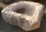 Pilón irregular de piedra roca, muy decorativo en cualquier jardín. Mide 1.18 cm x 80 cm x 53 cm