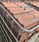 Teja de cemento plana color rojo viejo. Mide 42 cm de larga x 33 cm de ancha. Hay en stock 1309 piezas (30 m2)