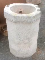 Pozo de piedra arenisca. Mide 55 cm de diámetro exterior x 88 cm de alto x 40 cm de diámetro interior.