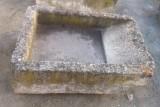Pila de lavar de piedra antigua, mide 1.12 cm x 82 cm x 32 cm de alta.