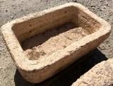 Pila de piedra travertino rectangular. Mide 63 cm x 39 cm x 22 cm de alta