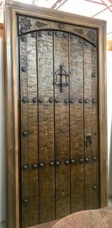 Puerta de una hoja apertura a izquierdas, mide 1.09 cm x 2.18 cm de alta