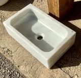 Fregadero de mármol de un seno en mármol blanco Macael. Mide 50 cm x 30 cm x 15 cm de alto.