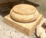 Base de mármol amarillo travertino, acabado abujardado. Mide 35x35x20 cm de alta.