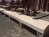 Pasamanos de piedra natural con acabado de chorreo de arena. Mide 16 cm de grueso x 45 cm de ancho x largo libre.