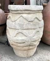Tinaja de piedra artificial. Mide 53 cm de diámetro x 75 cm de alta